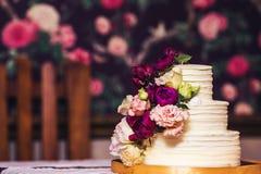 bolo de casamento Três-estratificado decorado com flores bonitas Fotografia de Stock