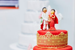 Bolo de casamento vermelho e amarelo bonito no estilo indiano Imagens de Stock Royalty Free