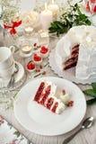 Bolo de casamento vermelho de veludo Vida imóvel branca de Crano bolo, cutelaria fotos de stock