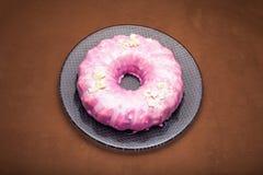 Bolo de cenoura com crosta de gelo cor-de-rosa, chocolate branco e prata comestível como um ornamento Um bolo cor-de-rosa imagem de stock