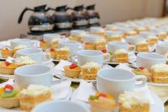 Bolo de cenoura com galdéria do fruto e os copos vazios Imagens de Stock