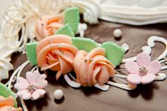 Bolo de chocolate bonito grande decorado com flores e o grânulo decorativos fotografia de stock royalty free
