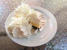 bolo de chocolate branco com creme no prato Imagens de Stock