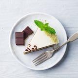Bolo de chocolate branco com a folha da hortelã fresca em uma placa Fundo de madeira Vew superior foto de stock