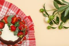 Bolo de chocolate caseiro decorado com as morangos frescas no gla Fotos de Stock Royalty Free