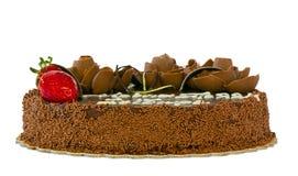 Bolo de chocolate com as morangos isoladas Imagens de Stock Royalty Free