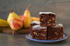 Bolo de chocolate com as peras no estilo rústico Fotos de Stock Royalty Free