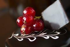 Bolo de chocolate com bagas vermelhas em uma parte superior Imagens de Stock