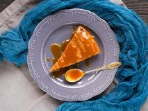 Bolo de chocolate com caramelo Imagens de Stock Royalty Free