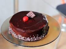 Bolo de chocolate com cerejas Fotografia de Stock