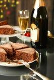 Bolo de chocolate com champanhe ao lado Imagem de Stock