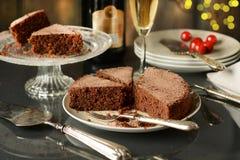 Bolo de chocolate com champanhe ao lado Fotografia de Stock Royalty Free
