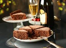 Bolo de chocolate com champanhe ao lado Fotografia de Stock