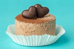 Bolo de chocolate com corações do chocolate Fotos de Stock