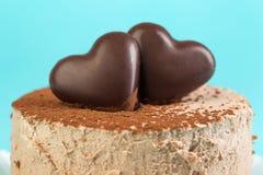 Bolo de chocolate com corações do chocolate Imagens de Stock Royalty Free