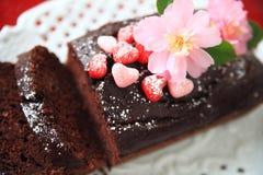 Bolo de chocolate com corações e flores dos doces Fotografia de Stock Royalty Free