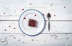 Bolo de chocolate com creme e fruto na tabela de madeira retro Imagens de Stock Royalty Free