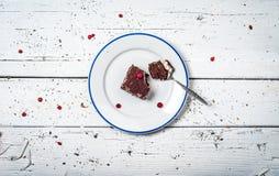 Bolo de chocolate com creme e fruto na tabela de madeira retro Imagem de Stock Royalty Free