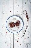 Bolo de chocolate com creme e fruto na tabela de madeira retro Fotos de Stock Royalty Free