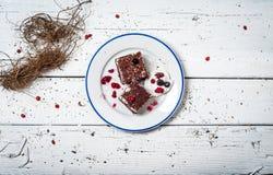 Bolo de chocolate com creme e fruto na tabela de madeira retro Fotografia de Stock