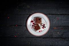 Bolo de chocolate com creme e fruto na tabela de madeira retro Imagens de Stock