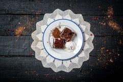Bolo de chocolate com creme e fruto na tabela de madeira retro Fotografia de Stock Royalty Free