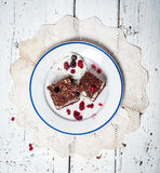 Bolo de chocolate com creme e fruto na tabela de madeira retro Imagem de Stock