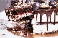 Bolo de chocolate com decoração, creme branco e doce Imagem de Stock Royalty Free