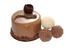Bolo de chocolate com doces da trufa (imagem com trajeto de grampeamento) Fotos de Stock Royalty Free