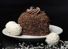 Bolo de chocolate com esferas da recompensa   fotografia de stock