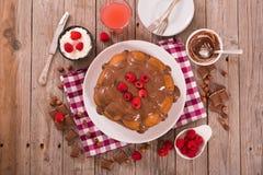 Bolo de chocolate com framboesas Imagem de Stock