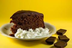 bolo de chocolate com fundo amarelo Imagens de Stock