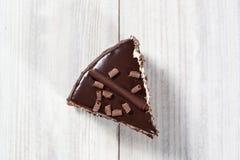 Bolo de chocolate com laranjas cristalizadas, bolo de chocolate com um pi do corte Fotografia de Stock