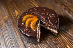 Bolo de chocolate com laranjas cristalizadas, bolo de chocolate com um pi do corte Imagem de Stock Royalty Free