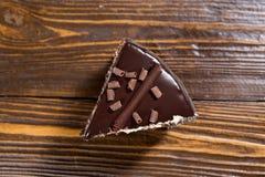 Bolo de chocolate com laranjas cristalizadas, bolo de chocolate com um pi do corte Foto de Stock Royalty Free