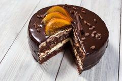 Bolo de chocolate com laranjas cristalizadas, bolo de chocolate com um pi do corte Imagem de Stock