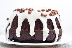 Bolo de chocolate com molho da baunilha Imagem de Stock Royalty Free