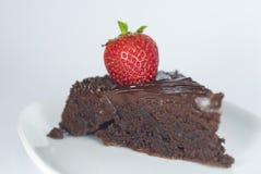 Bolo de chocolate com morango Fotos de Stock
