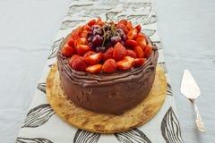 Bolo de chocolate com morango e alegre Fotos de Stock Royalty Free