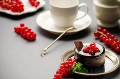Bolo de chocolate com uma passa de Corinto vermelha Fotos de Stock Royalty Free