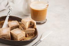 Bolo de chocolate cru do vegetariano Sobremesa saudável foto de stock