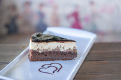Bolo de chocolate da brownie decorado com molho de chocolate fotos de stock