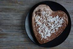Bolo de chocolate dado forma coração fotografia de stock royalty free