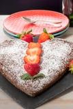 Bolo de chocolate dado forma coração com morangos Imagem de Stock Royalty Free