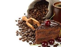 Bolo de chocolate decorado com cerejas fotos de stock