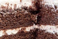 Bolo de chocolate decorado com creme da manteiga com leite condensado foto de stock