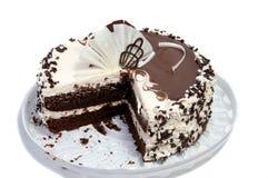 Bolo de chocolate decorado com creme da manteiga com leite condensado no fundo claro fotografia de stock royalty free