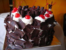 Bolo de chocolate delicioso com cerejas de maraschino Fotos de Stock Royalty Free