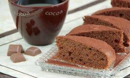 Bolo de chocolate do cacau Sobremesa feita da especiaria raspada das maçãs com cacau, porcas e canela Fotografia de Stock
