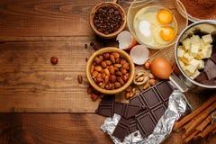 Bolo de chocolate do cozimento na cozinha rural ou rústica Fotos de Stock Royalty Free